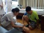 科室护士为中学生进行心肺复苏除颤仪培训